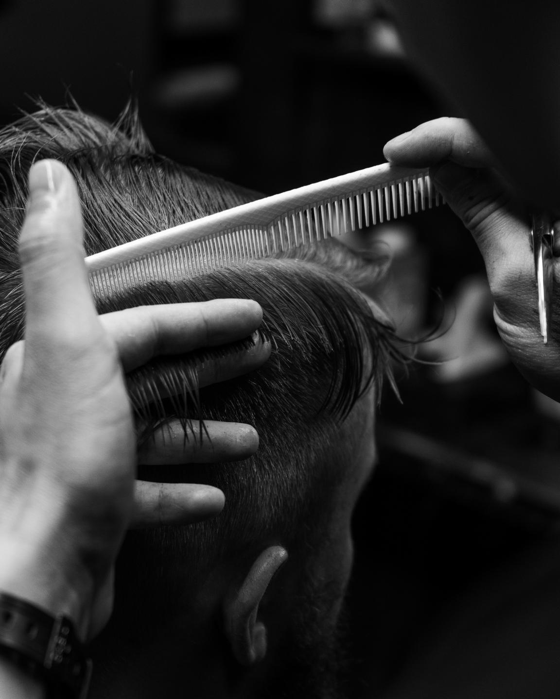 расчесывание мужских волос