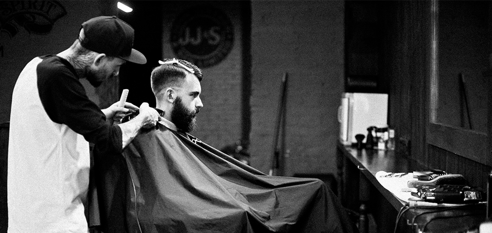 занятие в школе мужских парикмахеров